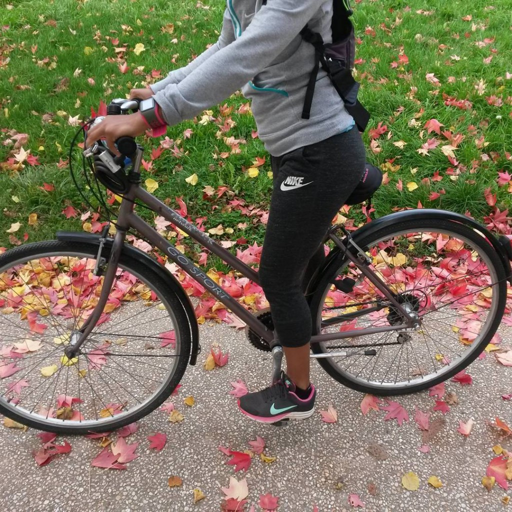 Du vélo dans les jolies feuilles d'automne