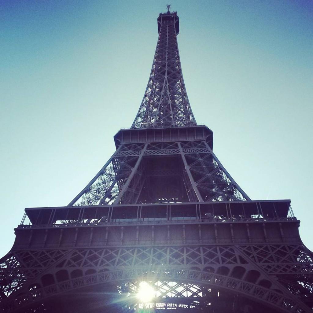 Vue de la Tour Eiffel dans le sas de départ pour Paris-Versailles